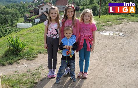 IL16-Djurdjina-Jelena-i-Dragica-brinu-o-najmladjem-Nikoli Ljubavna priča koja je na svet donela osmoro dece