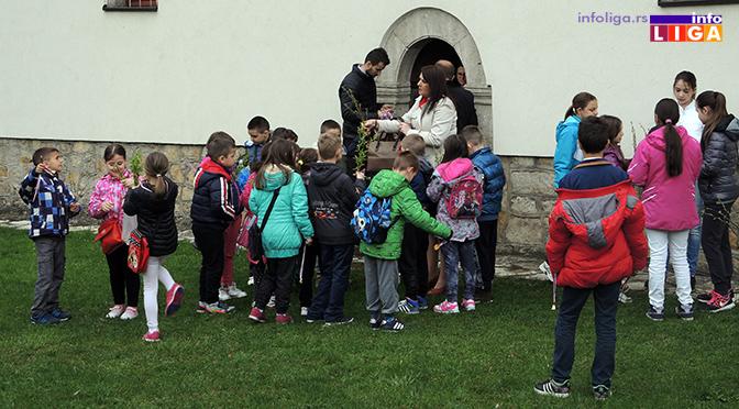 Deca u porti crkve u Ivanjici okićena zvončićima i vrbicom