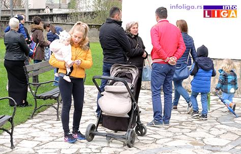 IL-vrbica-17-2 Deca u porti crkve u Ivanjici okićena zvončićima i vrbicom