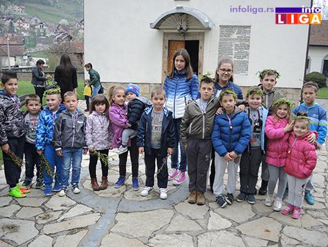 IL-vrbica-17-3 Deca u porti crkve u Ivanjici okićena zvončićima i vrbicom
