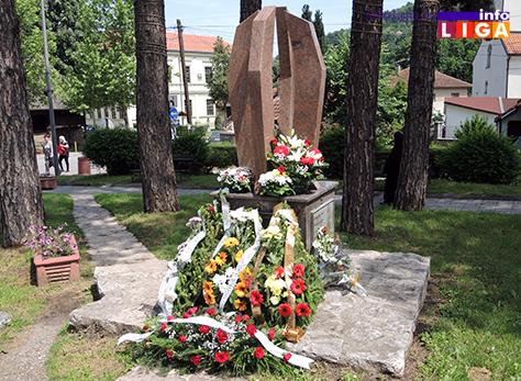 IL-polaganje-venaca-spomenik Položeni venci na spomen obeležje poginulim vojnicima i policajcima