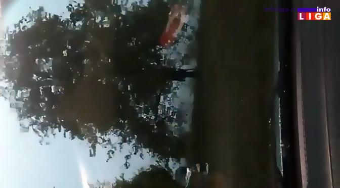 Vetar ljuljao automobile na putu (VIDEO)