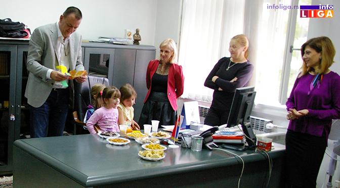 Deca se družila sa predsednikom opštine a kasnije uživala na predstavi
