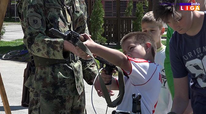 Prezentacija naoružanja i opreme vojske Srbije u ivanjičkoj gimnaziji (VIDEO)