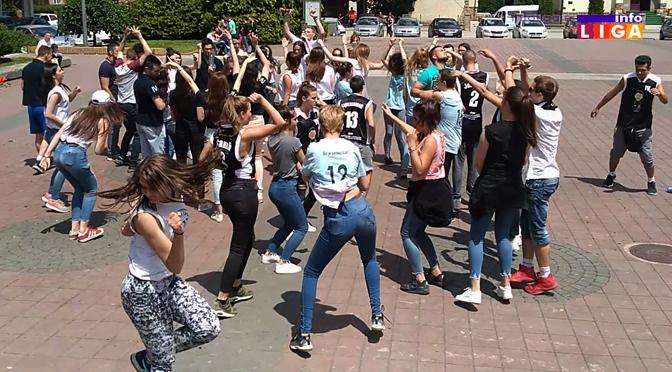 Ivanjički gimnazijalci na trgu slavili kraj školske godine (VIDEO)