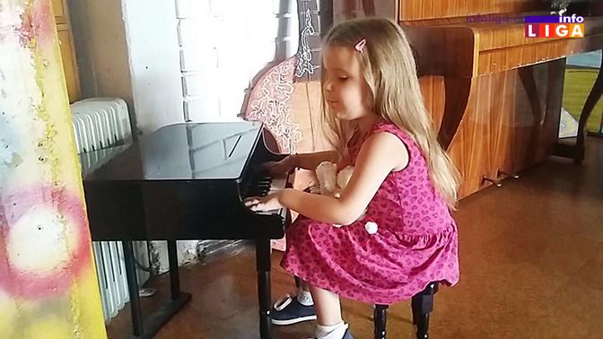 IL-sofija-svira-klavir Ja vas vidim srcem