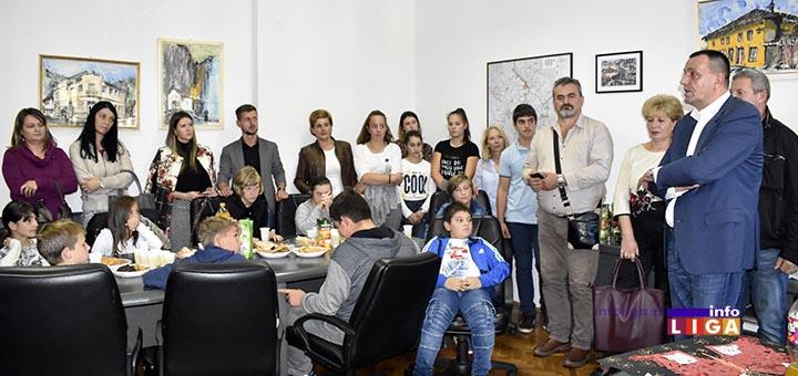 IL-deca-kod-predsednika-1 Predsednik opštine ugostio decu iz vrtića i ivanjičkih škola (VIDEO)