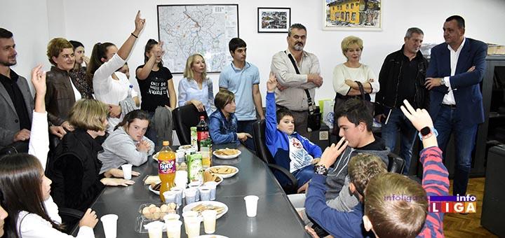 IL-deca-kod-predsednika-2 Predsednik opštine ugostio decu iz vrtića i ivanjičkih škola (VIDEO)