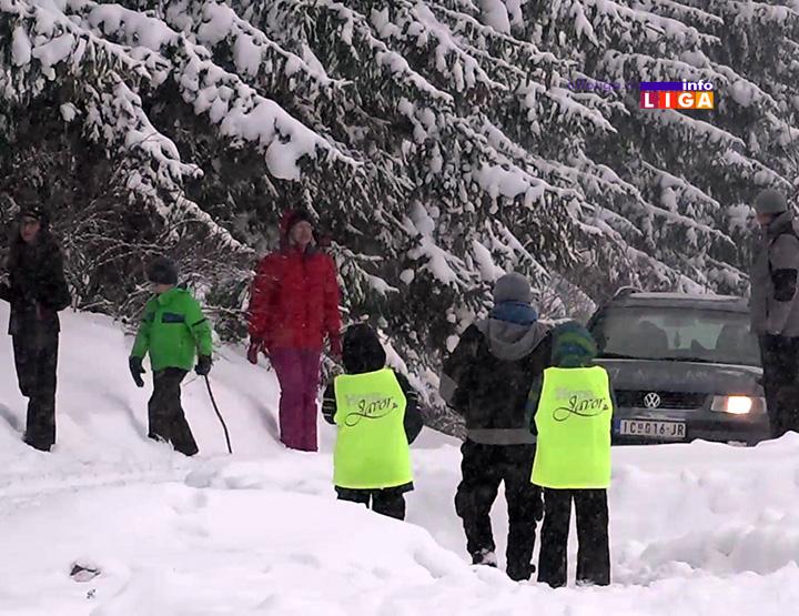 Neko se bori sa snegom a neko u njemu uživa (VIDEO)