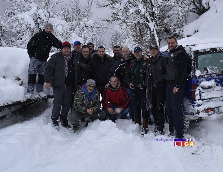Ivanjički motoristi probijali sneg kako bi obradovali Jelenu, Luku, Vlada, Bilju… (VIDEO)