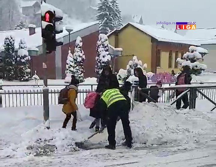 IL-pomoc-gradjana-u-ciscenju Plemenitost i požrtvovanost meštana u čišćenju snega školarcima (VIDEO)
