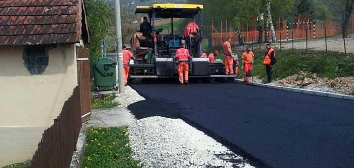 IL-lucani-asfaltiranje Mihajlovićeva ispunila obećanje,  počelo asfaltiranje opštinskog puta od Guče do Goračića