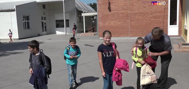 IL-Vratite-nam-uciteljicu Zbog odlaska učiteljice deca napustila školu (VIDEO)