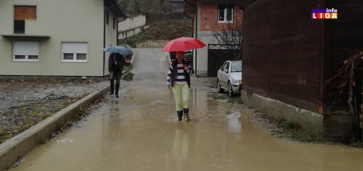 """IL.-zena-ulica Problemi meštana Luga: """"Ne možemo od bare iz kuće da izađemo"""" (VIDEO)"""