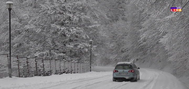 il-sneg-kola-zaglavljena- Vozila pored puta, zimska idila glavobolja za vozače u višim predelima Ivanjice (VIDEO)
