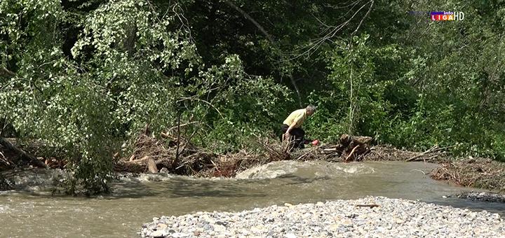 IL-Mestani-prelaze-reku-u-Vucaku Kataklizmične slike sela u Ivanjici - ljudi odsečeni od civilizacije (VIDEO/FOTO)