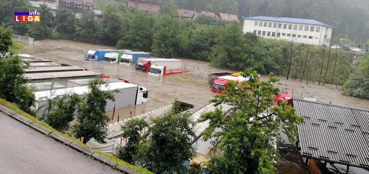 IL-Poplava-2020-kamioni-pegaz IVANJICA : Moravica potopila privredne objekte. Snabdevanje vodom kritično. Pogledajte šta sve nosi bujica (VIDEO)