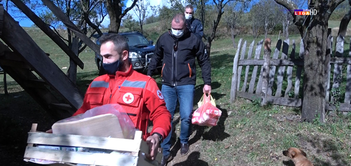 IL-Crveni-krst-Ivanjica-i-lokalna-samouprava-humanitarci- Paketi sa prehrambenim proizvodima na seosko područje stigli pre snega (VIDEO)