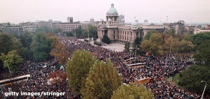 IL-Peti-oktobar-getty-stringer-stringer Šta je prethodilo izlasku stotina hiljada ljudi na ulicu 5. oktobra i kako je izvedena REVOLUCIJA