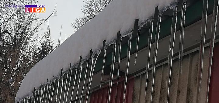 IL-Ledenice-cetiri Oprez, sneg i led vrebaju sa krovova