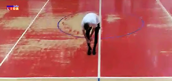 Il-veridba-mali-fudbal- Ivanjica - Drakče pao na kolena i iz štucne izvadio nešto što je zadivilo sve prisutne (VIDEO)