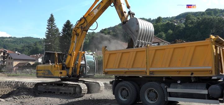 IL-kopanje-zemlje- Ivanjica: Počela izgradnja terena na Jelića polju (VIDEO)